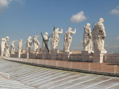 800px-Statutes_of_Saint_Peter's_Basilica_(back)_1